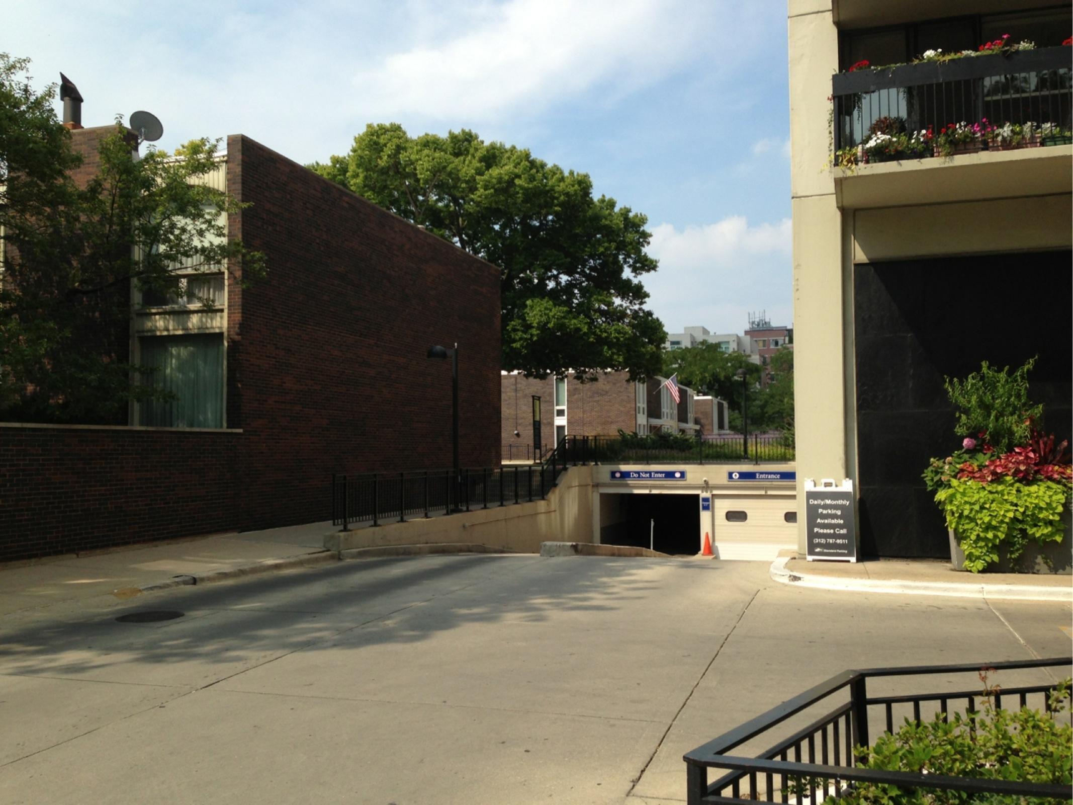 Bryant house parking in chicago parkme for 1455 n sandburg terrace chicago il 60610